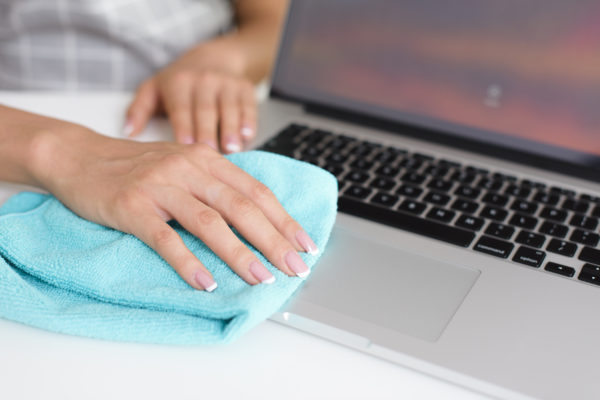 Cleaning laptop